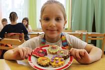 Malé pekařky se sešly v pondělí dopoledne ve vyškovském Středisku volného času Maják. Vytvořily sušenky s pestrobarevnou polevou a lentilkami, které umístily do vlastnoručně vyrobených pytlíčků a odnesly domů rodičům.