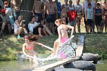 Letos se nesla Neckyáda v Hruškách v tématu Mrazíka. Marfuškami, Nastěnkami i Ivánky se to na březích rybníka Rakovec jen hemžilo.