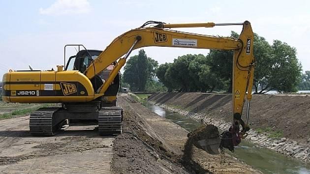 Práce na první etapě protipovodňových opatřeních ve Slavkově u Brna - rozšiřování koryta Litavy.