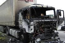 Příčinou vzniku požáru byla zřejmě technická závada, škodu na zničeném tahači vyšetřovatel předběžně vyčíslil na půl milionu. Hodnotu uchráněného tahače vezoucího dlažbu odhadl na tři sta tisíc.