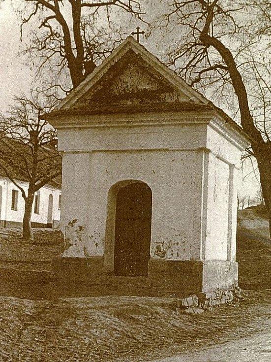 Kaplička svatého Floriána v Rousínovci na snímku z roku 1931.
