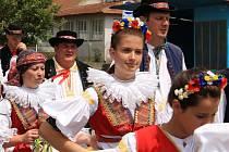 V Kučerově není tradicí, že stárek musí být svobodný, takže v průvodu je vidět  i takřka padesátníky. Účastníků tak nebývá málo, stejně jako přihlížejících. Ti si do obce našli cestu i přesto, že se hody zároveň odehrávají i v sousedních Hlubočanech.