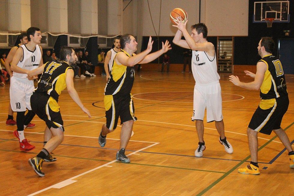 Vyškovští basketbalisté (v tmavém) během zápasu šlapanického soupeře přehrávali, ale v závěru se strachovali o výsledek.