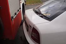 Hasiči se denodenně potýkají s problémy při průjezdu mezi špatně a bezohledně zaparkovanými auty. Ilustrační foto.