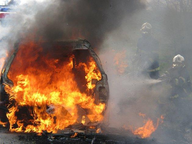 hořící vůz