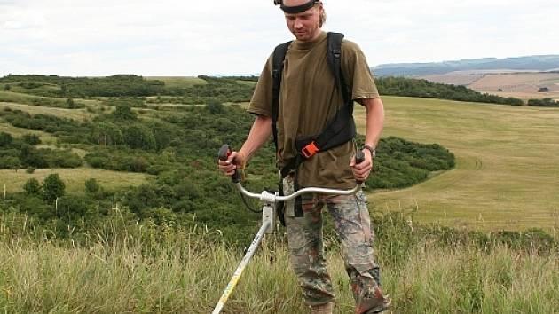 Ekologové sekají průběžně ve stepní rezervaci Větrník trávu, aby udrželi původní charakter oblasti.