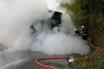 Nákladní auto, které převáželo asfaltovou obalovanou hmotu, začalo v neděli tři hodiny po poledni hořet na silnici u vyškovských Dědic. Místo bylo neprůjezdné, řidiči kamionu se nic nestalo.