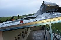 Na tribuně fotbalového hřiště v Brankovicích se vlivem větru uvolnila část plechové střešní krytiny.