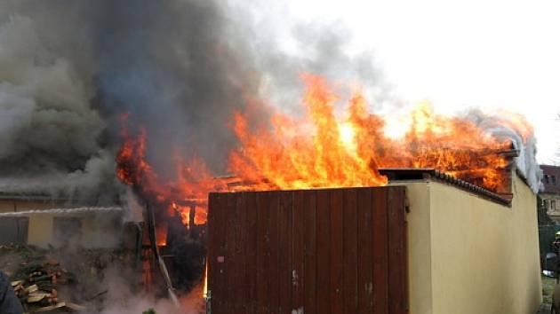 V Rostěnicích-Zvonovicích hořel v sobotu odpoledne sklad se dřevem u truhlářské dílny. Plameny nikoho nezranily.