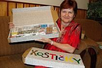 Sběratelka baleného cukru Stanislava Halamková z Vážan nad Litavou má doma tisíce obalů.