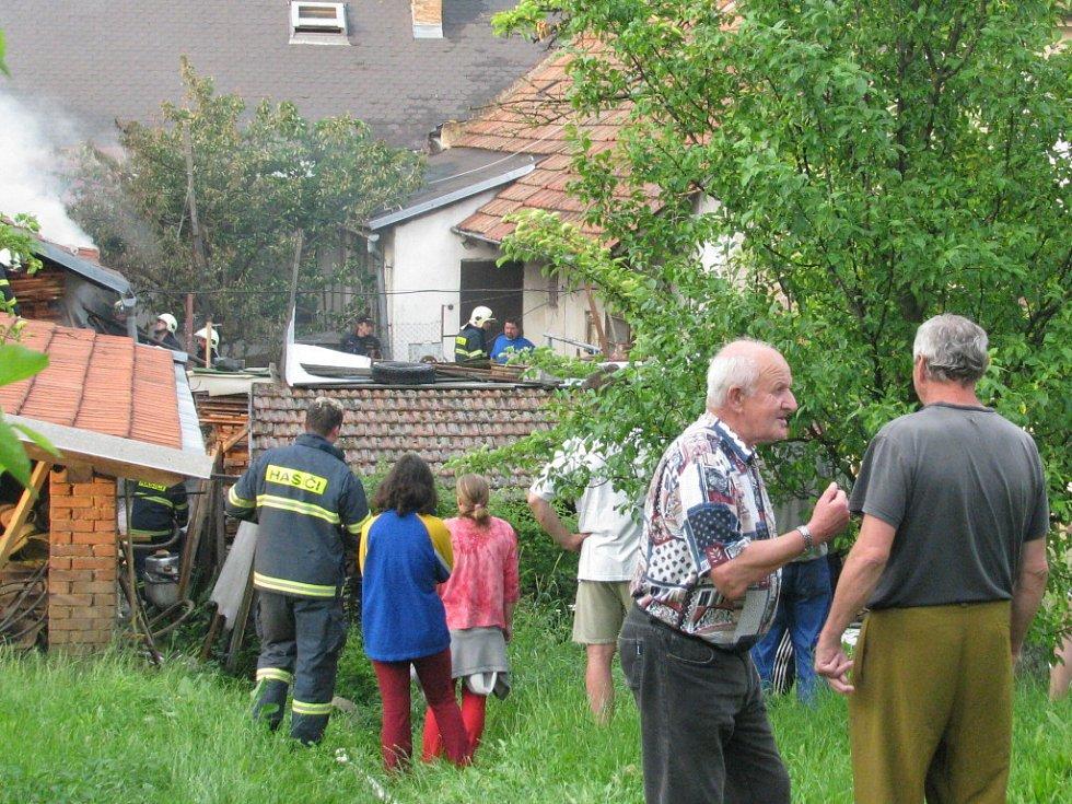 Hasiči svádějí boj s plameny v rodinném domě v Černčíně