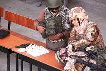 Vojáci z Bučovic učili v Afghánistánu studenty chlapecké školy základy první pomoci.
