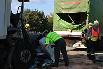 Nehoda tří kamionů zablokovala prahý pruh dálnice ve směru na Ostravu. Hasiči museli řidiče z prostředního náklaďáku vyprošťovat, přistával pro něj i vrtulník.