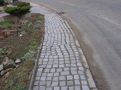 Cena opravy chodníku spolu s dalšími pracemi se odhaduje na 840 tisíc korun.