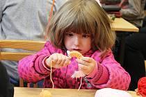 Látka, zelenina, vlna, papír. Nejen tyto materiály hrály hlavní roli na podzimních dílničkách v Křenovicích. Některé výrobky děti zvládly vytvořit samy, s těmi náročnějšími, třeba s dýňovými bubáky jim pomáhaly i maminky-dobrovolnice.