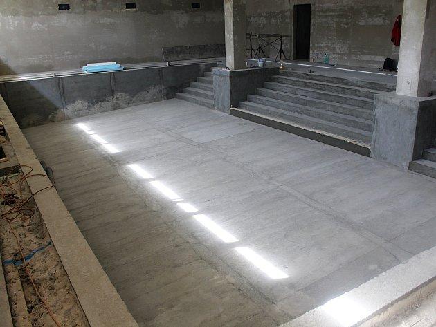 Ještě na začátku srpna byla rekonstrukce bazénu ve vyškovské Základní škole Purkyňova v plném proudu. Neměl ani obklady. Nyní už se práce chýlí ke konci.