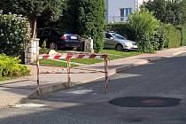 Vodaři zapomněli v Moravské ulici zábranu z oprav. Několik týdnů tam překážela.