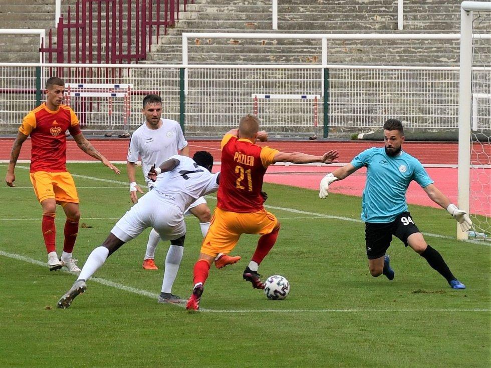 Na snímku z premiéry MFK ve druhé lize brankář Šustr likviduje šanci domácího Pázlera.