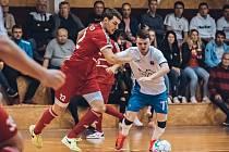 Ani ve třetím utkání II. futsalové ligy neztratil nováček Amor Kloboučky Vyškov (bílé dresy) ani bod. Třinecké oceláře doma porazil 5:2.