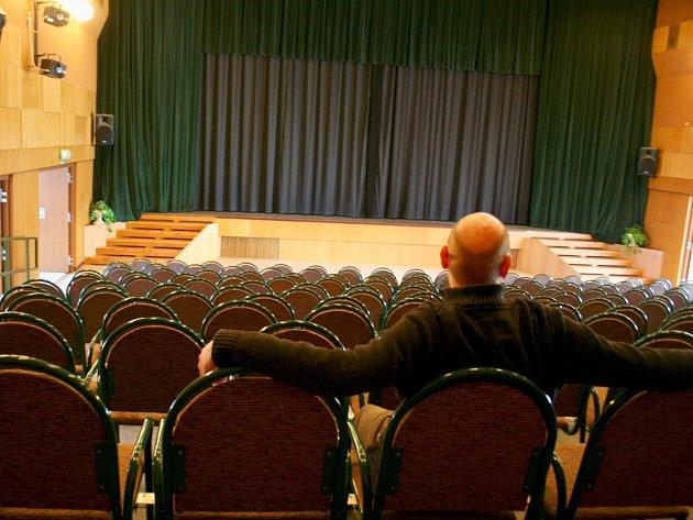 Sedačky ve vyškovském kině Sokolský dům.