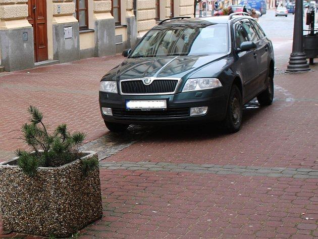 Auta vjíždí do ulice Jana Šoupala ipřes zákaz vjezdu.