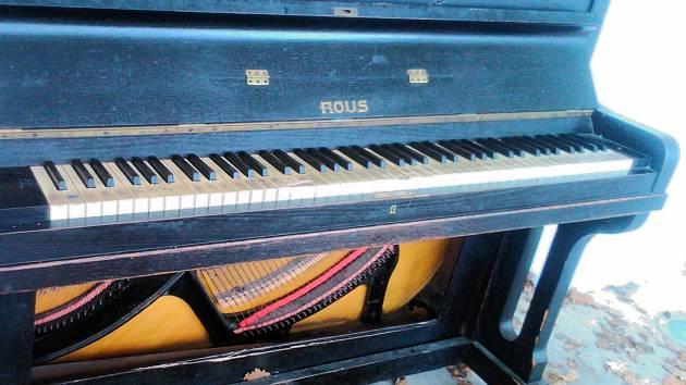 Piano je v zámecké lodžii něco málo přes rok. Už je ale poškozené.