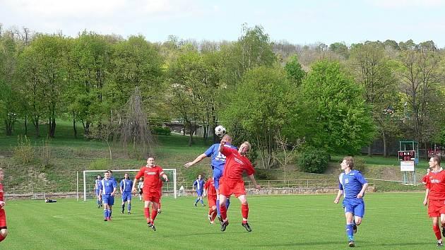 Na zápas fotbalové I. A třídy se na slavkovský trávník přišlo podívat více než dvě stě diváků, hrálo se totiž okresní derby, ve kterém za domácím týmem přijely Ivanovice.