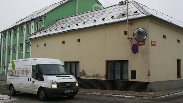 Dům Moučkových, ve kterém bydlí problémoví nájemníci.