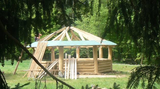 Dřevěný altán bude hotový každým dnem.