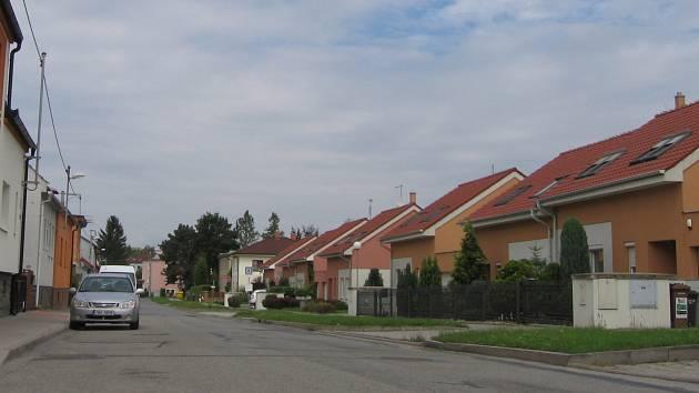 V Joklově ulici možná v budoucnu vznikne hřiště. Několik obyvatel ho ovšem odmítá. Stavbu navíc provází také navýšení ceny.