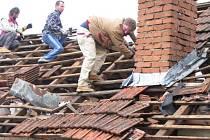 Moravské Málkovice. Z několika domů serval vítr střešní tašky. Foto Deník Šárka Dubská