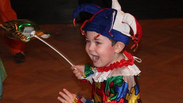 Dětský karneval: superhrdinové se plazí pod provazem. Budu první, říká Spiderman