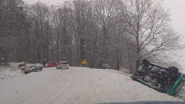 Ranní sníh komplikuje dopravu na Vyškovsku i jinde na jižní Moravě