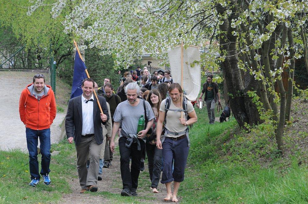 S Petrem Vášou v čele průvodu Ekologické pouti k bažině v dubnu 2014.