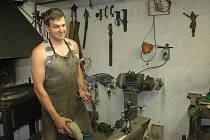 Tomáš Gala představuje ukázku ze svých výtvorů ve své malé domácí kovárně.