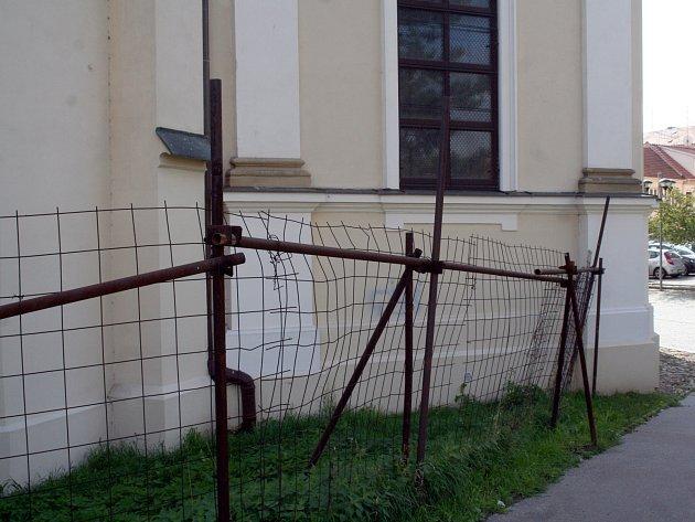 Nevzhledné oplocení okolo římskokatolického kostela Nanebevzetí Panny Marie ve Vyškově je trnem v oku nejen místním obyvatelům.