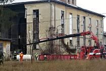 V Bučovicích se zřítila zeď haly. Sutiny poškodily zásobník dusíku, hrozilo také poškození nádrže s propanem.