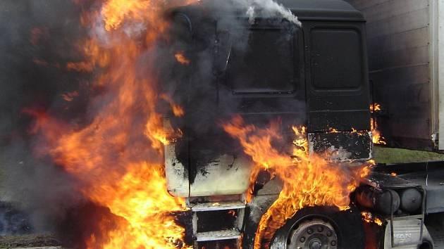 Na místo vyjely dvě jednotky profesionálních hasičů.