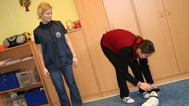 Prostřednictvím speciálně vedeného a cvičeného psa se Zdeňka Staňková učí zdolávat překážkové dráhy a nebo třeba orientaci v prostoru. Se vším jí pomáhá odborná pracovnice a zároveň její kamarádka Kristýna Štamberková.