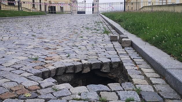 Propad objevili pod třemi kostkami uvolněné dlažby pracovníci zámku.