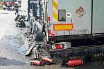 Požár návěsu kamionu zablokoval ve středu odpoledne frekventovanou silnici I/50 v Bučovicích.