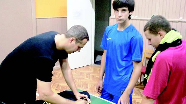 Stolně-tenisovým talentům Tomáši Floriánovi a Martinu Vlachovi po exhibici při tréninkovém kempu v Drnovicích na Vyškovsku podepsal na dres reprezentant Jiří Vráblík.