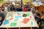 Papírové krajiny vyráběly děti v místní základní škole.