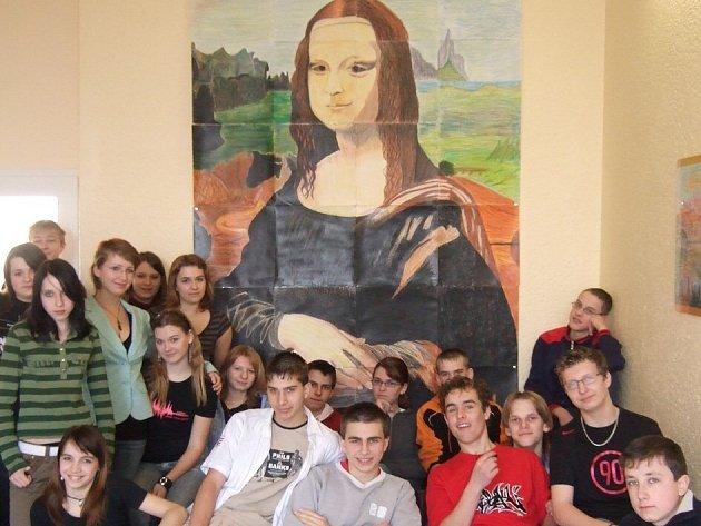 Žáci Základní školy Morávkova před svým společným dílem.