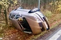 Auto na střeše a zraněné dítě. Takový následek měla havárie Škody Octavie, ke které v neděli po půl čtvrté odpoledne vyrazili na silnici I/54 k Heršpicím policisté, hasiči i záchranáři.