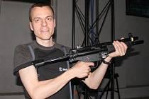 Bezpečné zbraně. Novináři si ve středu vyzkoušeli různé simulátory ve společnosti Saab Czech ve Slavkově u Brna, která je vyrábí nejen pro armádu, ale i pro civilní bezpečnost a dopravu.