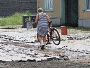 Po přívalovém dešti zaplavil na konci května 2016 Hodějice nános bahna.
