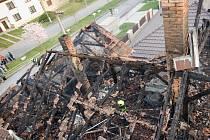 Tři vodní proudy muselo použít hned pět jednotek hasičů, které v úterý před pátou hodinou odpolední zasahovaly u požáru v Nemoticích. Hořela zde totiž střecha rodinného domu.
