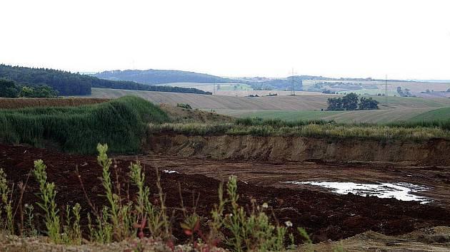 Červená hlína v pískovně vyděsila obyvatele okolních vesnic.