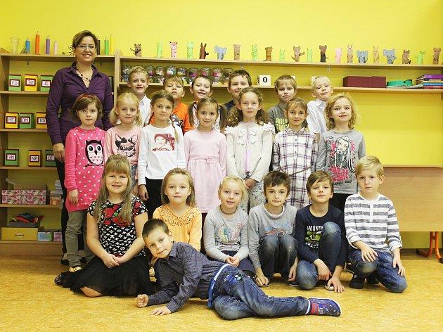 Žáci první třídy ze ZŠ Podomí spaní učitelkou Jitkou Kocmanovou.